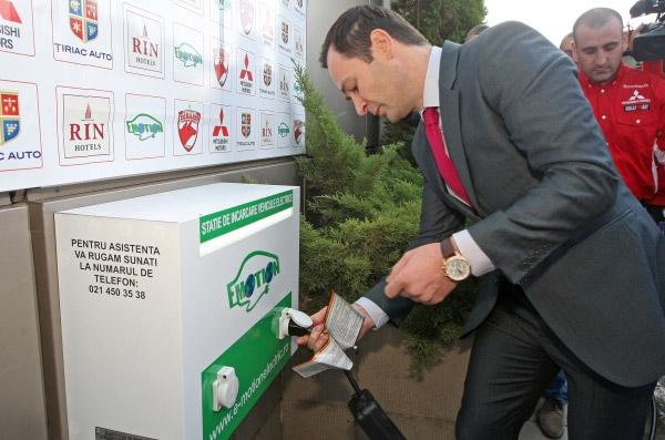 Clubul de fotbal Dinamo Bucuresti a primit doua masini electrice Mitsubishi i-MiEV